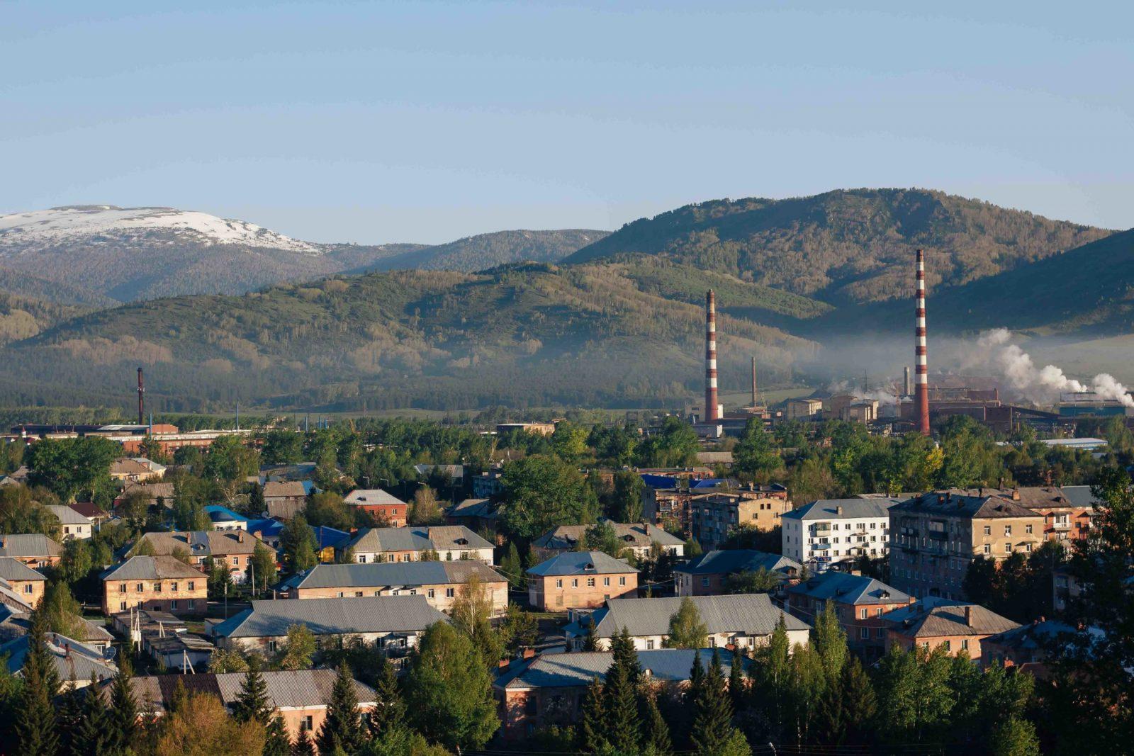 Вид с Соколка на город и цинковый завод. Утро